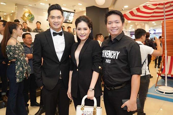 Vợ chồng cựu ca sĩ Đoàn Di Băng mặc ton sur ton đen đi xem phim ủng hộ Minh Luân. Cặp đôi từng gây chú ý với đám cưới 3 tỷ đồng vào năm 2012.