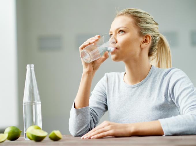 Uống nhiều nước giúp cơ thể đào thải chất cặn bã, hạn chế mùi hôi cơ thể.