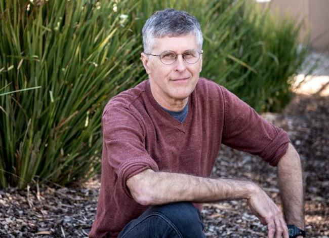 Tiến sĩ Patrick Brown mất 3 năm nghiên cứu để tìm ra công thức làm bánh kẹp nhân thực vật có hương vị giống như thịt. Ảnh: CNN.