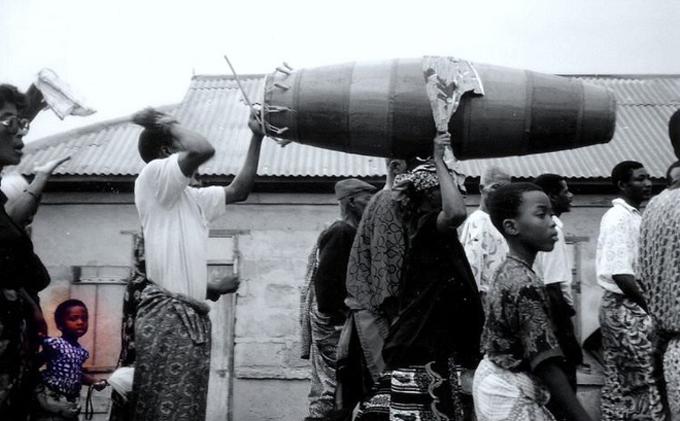 Người dân một ngoi làng ở Ghana dự đám tang người chết. Ảnh: Flickr.
