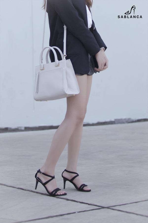Tông màu trắng đen, đơn giản nhưng sang trọng là gam màu được đại đa số quý cô yêu mến và dễ kết hợp từ trang phục đến các items phụ kiện.