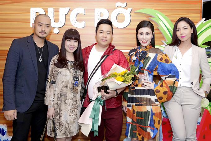 Quang Lê, Khánh Loan (ngoài cùng bên phải) đến thưởng thức phim điện ảnh Lộ mặt.