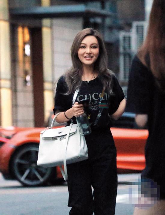 Trước đó, vào buổi chiều, Chu Dương Thanh đi taxi tới điểm gặp gỡ bạn bè. Cô ăn mặc khỏe khoắn, gương mặt rạng rỡ. Một số thông tin cho hay dù chưa cưới, cô và La Chí Tường đã sống chung.