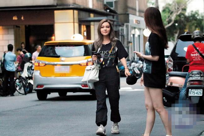 Dương Thanh đi chơi với bạn cả buổi chiều, sau đó bắt taxi quay trở về căn hộ của La Chí Tường. Tuy nhiên, khi được hỏi về chuyện sống chung trước đám cưới, cô từ chối hồi đáp. Dương Thanh là người mẫu nội y, cô từng gây chú ý khi ảnh quá khứ chưa dao kéo bị công khai.