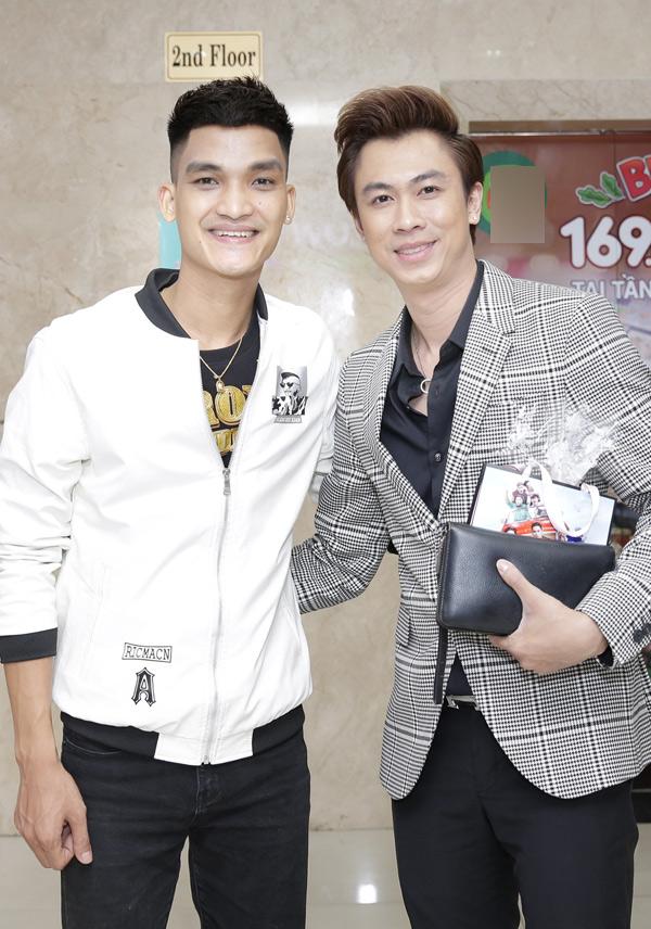 Diễn viên hài Mạc Văn Khoa (trái) và ca sĩ Hồ Việt Trung vui vẻ hội ngộ.