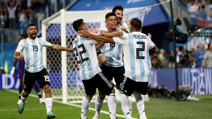 Tuyển Argentina vỡ oà sau bàn ấn định chiến thắng 2-1 của Rojo. Ảnh: FIFA.