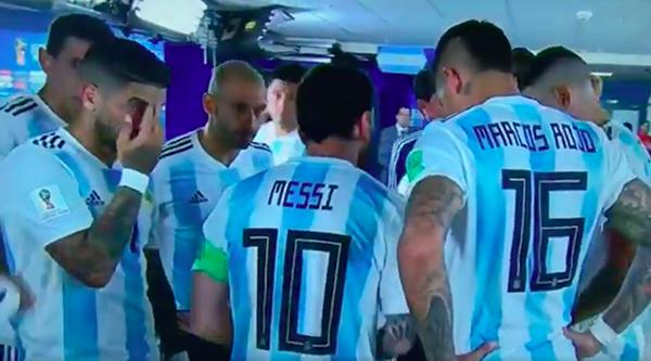 Cầu thủ Argentina chăm chú lắng nghe Messi nói. Ảnh: BBC.