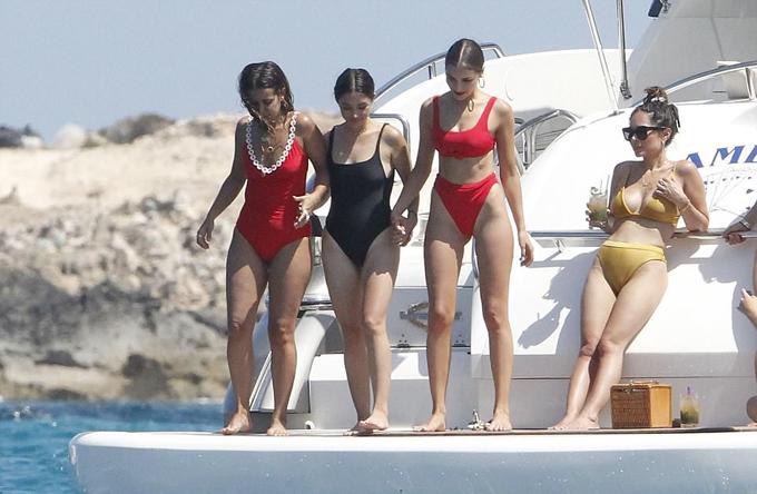 Hoa hậu Hoàn vũ 2012 thả dáng trên biển với bikini - 5
