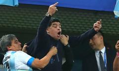 Maradona hứng chỉ trích vì giơ 'ngón tay thối' mừng Argentina chiến thắng