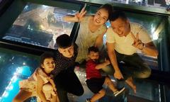 Bảo Nam về nước đoàn tụ với mẹ, bố dượng và hai em