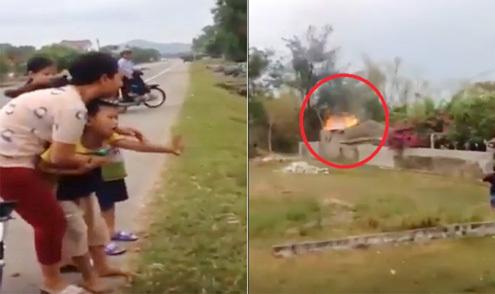 Bé trai rối rít xin lỗi vì đốt đống rơm của mẹ