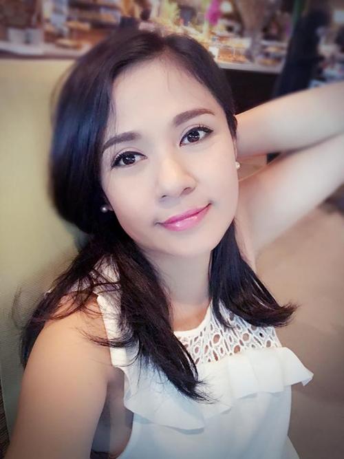 Việt Trinh đẹp dịu dàng khi trang điểm nhẹ. Nữ diễn viên chia sẻ quan niệm sống của bản thân: Bình yên làm cho ta thanh thản. Tôi yêu cuộc sống này. Tôi yêu những người xung quanh tôi. Yêu những người thương yêu tôi và tôi tập yêu thương cả những người ghét tôi.
