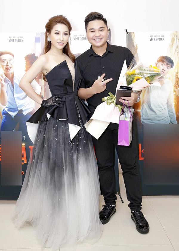 Ca sĩ Vĩnh Thuyên Kim lộng lẫy chụp ảnh cùng diễn viên Duy Phước.