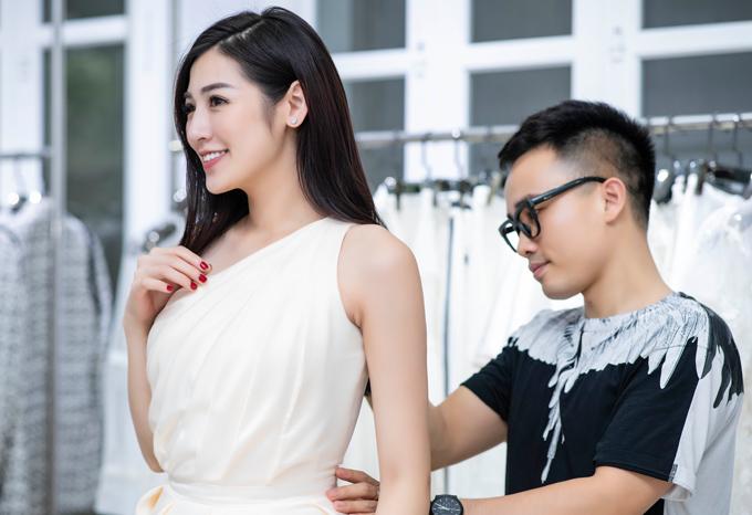 Chỉ còn hai ngày nữashow thời trang The Harmony của NTK Hà Duy sẽ được tổ chức tại Hà Nội với khoảng 600 khách mời. Đây là show diễn cá nhân đầu tiên sau 6 năm hoạt động ở lĩnh vực thiết kế thời trang chuyên nghiệp nên Hà Duy đầu tư rất nhiều công sức, tiền bạc và tâm huyết. Điều khiến anh cảm thấy hạnh phúc là nhận được sự ủng hộ của đông đảo khách hàng, đặc biệt là dàn hoa hậu, á hậu và các nghệ sĩ nổi tiếng của Hà Nội.