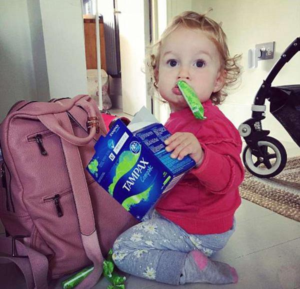 Cô bé lục balô của mẹ, phát hiện ra hộp tampon nhưng cứ tưởng là kẹo.