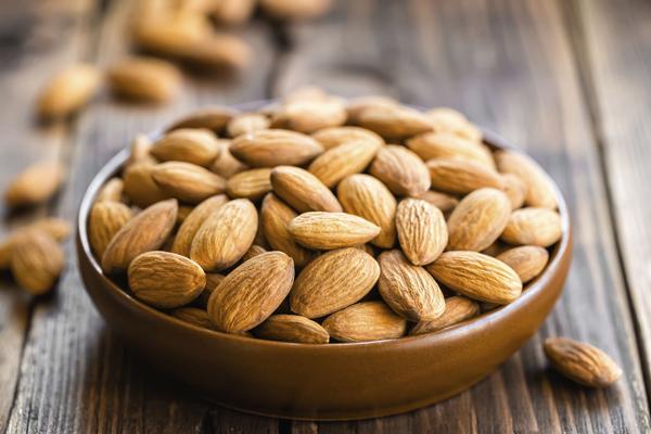 Hạnh nhânHạnh nhân chứa nhiều chất dinh dưỡng quan trọng như magiê và vitamin B giúp chuyển đổi thực phẩm thành năng lượng.