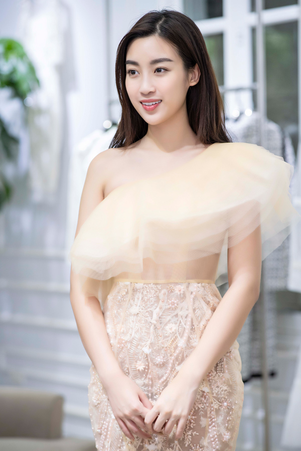 Hoa hậu Đỗ Mỹ Linh dịu dàng cùng mẫu đầm lệch vai màu pastel. Với mỗi người đẹp, Hà Duy đều tận tâm chọn cho họ những bộ cánh phù hợp vóc dáng và phong cách để xuất hiện thật lộng lẫy trên thảm đỏ show diễn của anh.