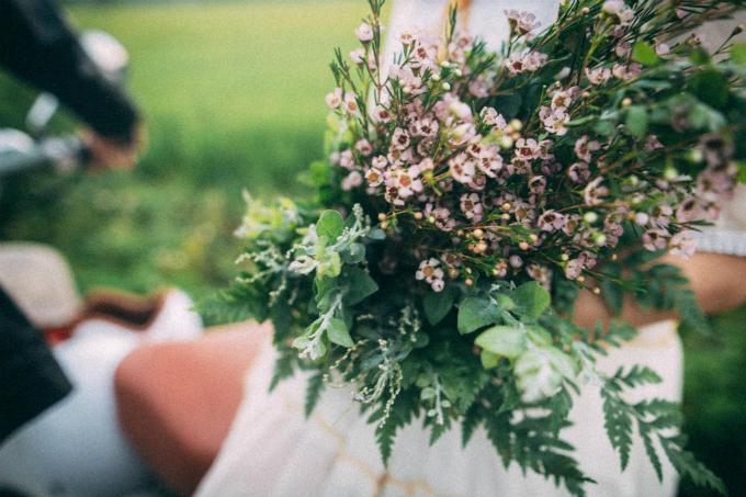 Cô dâu cầm bó hoa cưới từ thanh liễu. Loài hoa nàycó sức sống mãnh liệt, tươi rất lâu sau khi cắt. Hoa thường nở vào mùa hè, thu. Thanh liễu làm say lòng người không phải vì vẻ đẹp cầu kỳ, rực rỡ mà bằng nét đẹp của tự nhiên, mong manh như những hạt sương lấp lánh vào buổi sớm. Về mặt ý nghĩa, thanh liễutượng trưng cho sự kiên nhẫn, lâu dài, biểu tượng cho tình yêu và sự thành công bền vững. Do đó, loài hoa nhỏ xinh nàythường góp mặttrong các bó hoa cưới.