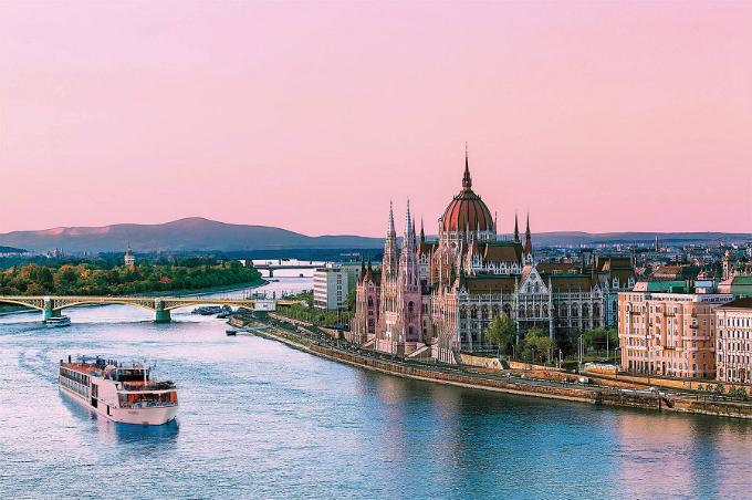 Danube là một trong những con sông quan trọng nhất tại châu Âu, chia thủ đô Budapest của Hungary thành hai nửa - Buda và Pest.