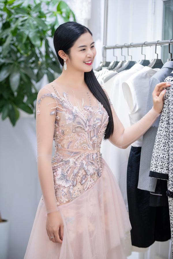 Hoa hậu Ngọc Hân thử một thiết kế đính kết tỉ mỉ trên nền vải lưới.