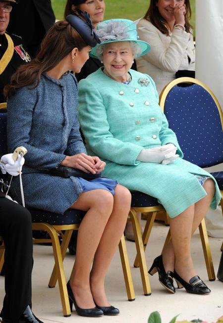 Sự khác biệt trong cách đối xử của Nhữ hoàng với hai cháu dâu Kate và Meghan - 5