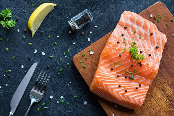 Cá hồi Cá hồi được gọi là thức ăn tốt cho não nhờ hàm lượng cao axit béo omega-3, giúp cải thiện trí nhớ và giảm trầm cảm, tăng cường năng lượng và cải thiện tâm trạng.