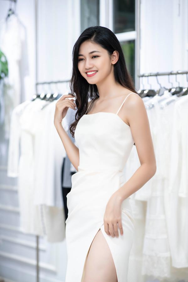 Á hậu Thanh Tú chọn váy xẻ cao để khai thác lợi thế hình thể.