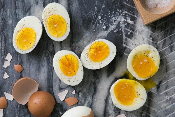 Trứng Trứng giàu protein, axit amin, axit béo omega-3 và các axit béo thiết yếu. Đây là những chất dinh dưỡng rất quan trọng và cần thiết cho sự tăng trưởng cơ bắp, bảo vệ hệ thống miễn dịch, điện não và cân bằng chất lỏng trong cơ thể.
