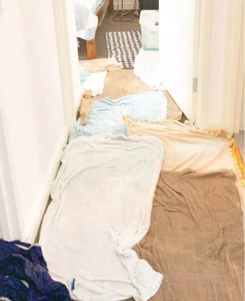 Khi từ chỗ làm về nhà, bạn phát hiện ra lũ trẻ đã lấy tất cả khăn trong nhà để làm thảm trải sàn.