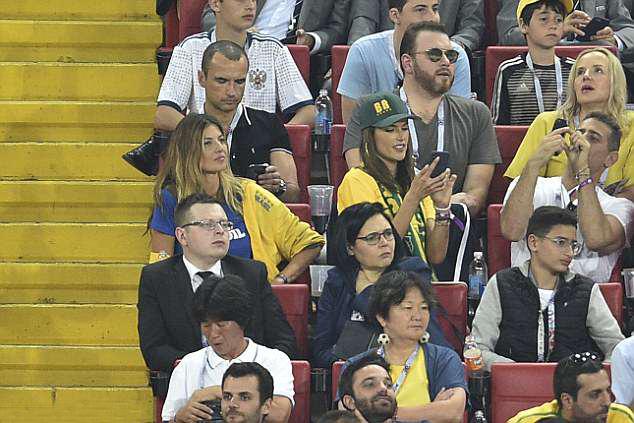 Cô chú tâm vào màn hình điện thoại thay vì theo dõi trận đấu. Alessandra Ambrosio gần đây đã chia tay vị hôn phu - doanh nhân Jamie Mazur - sau 10 năm chung sống và có hai con. Người đẹp đến Nga xem World Cup cùng cô bạn (ngồi bên trái).