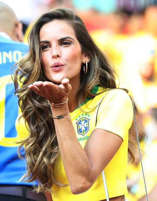 Một người đẹp khác của Brazil cũng tới cổ vũ cho đội bóng quê nhà là siêu mẫu Izabel Goulart.