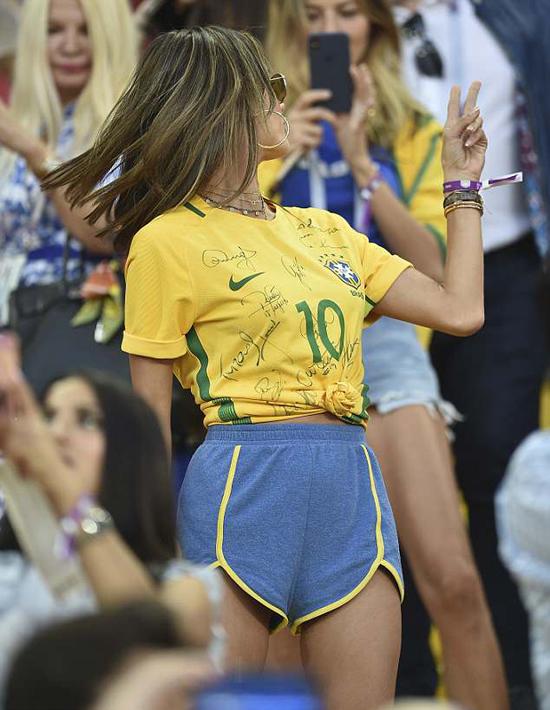 Cựu thiên thần nội y Ambrosio mải mê selfie khi đi cổ vũ Brazil - 1