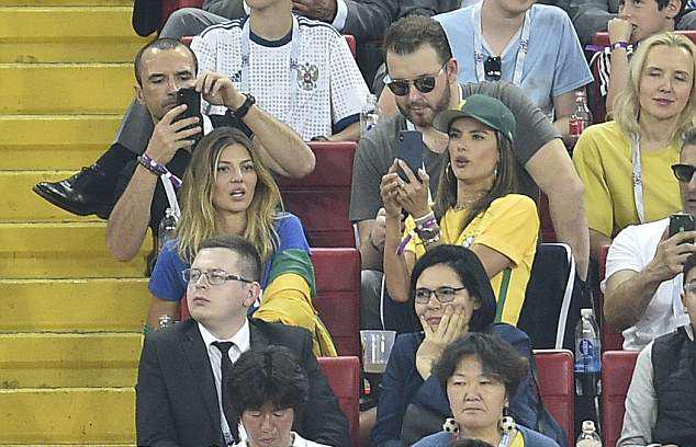 Khi đã ngồi vào chỗ, Alessandra lại chuyển sang selfie với các cổ động viên khác.