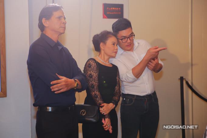 Bố mẹ Hồ Ngọc Hà chú ý theo dõi tiết mục của con gái trên sân khấu.
