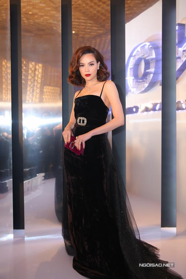 Nữ hoàng giải trí quyến rũ với kiểu váy nhung dáng dài được phối thêm phần đuôi cầu kỳ.