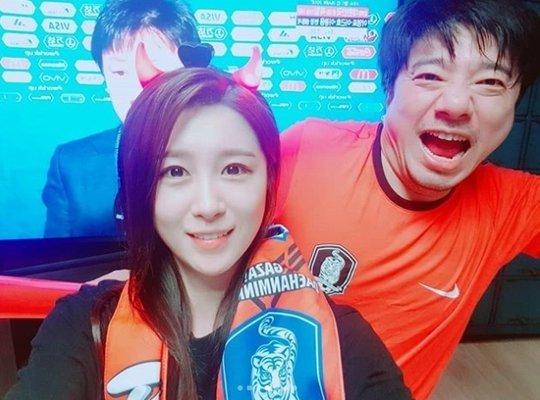 Ca sĩ Bae Ki Sung và bà xã đã có những giây phút hồi hộp trước màn hình tivi khi theo dõi trận đấu giữa Hàn Quốc và Đức tối 27/6. Trên trang cá nhân, anh viết Win để bày tỏ niềm vui chiến thắng của nước chủ nhà.