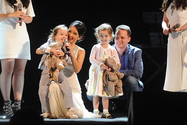Sau đó, chồng và các con cũng lên sân khấu để ủng hộHồng Nhung có mặt trên sân khấu của đêm nhạc Phố ơi phố à... Bống ơi Bống à.Hình ảnh hạnh phúc của gia đình diva nhạc Việt trong liveshow tối 5/12 làm nhiều khán giả ngưỡng mộ.