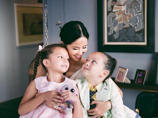 Hồng Nhung vừa bất ngờ chia sẻ vợ chồng cô đã chính thức ly hôn. Vợ chồng cô đi đến quyết định này sau 6 tháng trò chuyện. Sau khi ly hôn, cả hai sẽ tiếp tục là bạn và đồng hành với nhau trong việc chăm sóc các con. Nữ ca sĩ cũng thay hình bìa trên trang cá nhân bằng một bức ảnh chụp cùng 2 con Tôm và Tép.