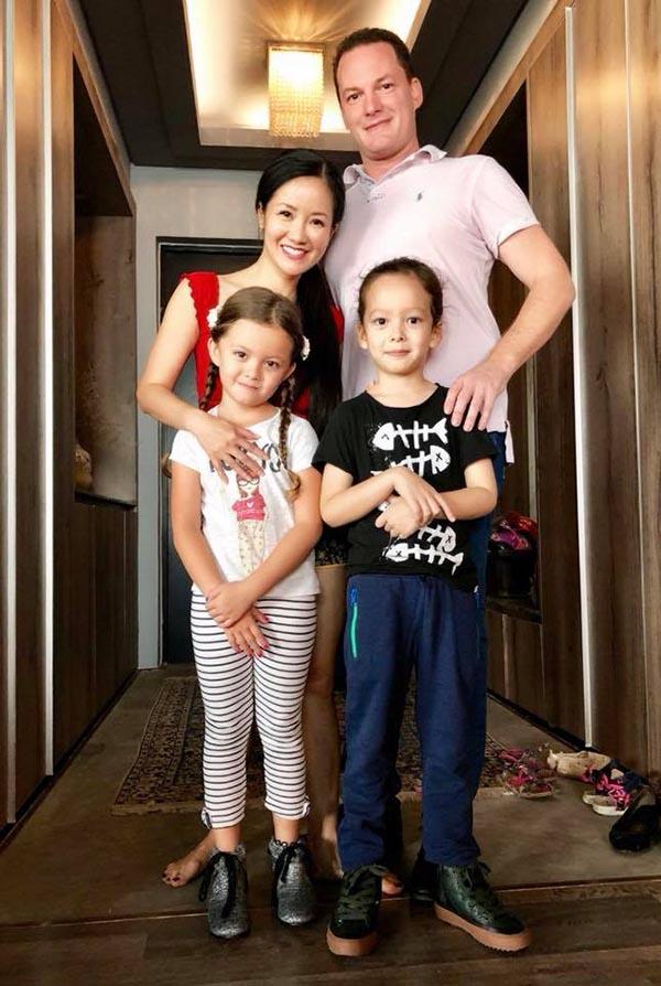 Đến cuối năm 2017, Hồng Nhung vẫn thường xuyên đăng ảnh cả gia đình hạnh phúc bên nhau. Sau bức ảnh này, cô chỉ chia sẻ ảnh hai con và ít khi nhắc đến chồng trên trang cá nhân.