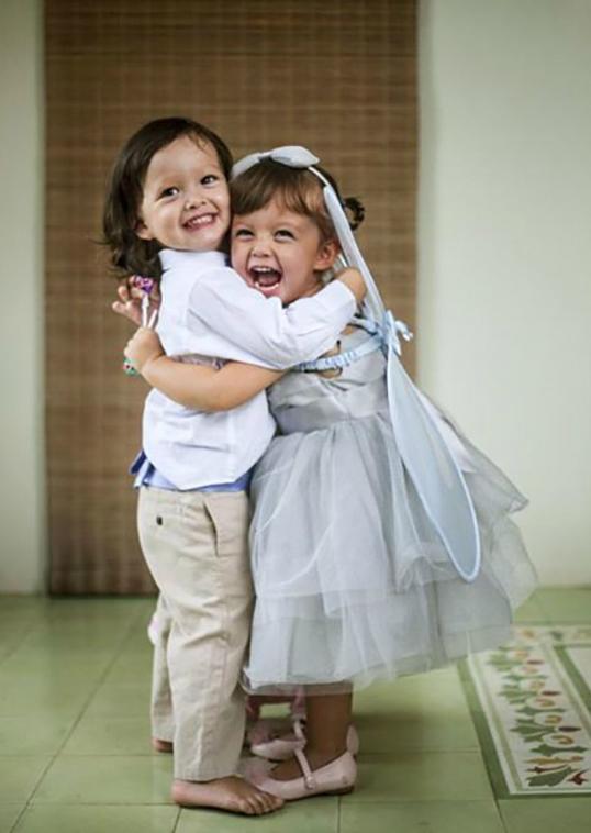 Ngay sau khi được đăng tải trên trang cá nhân của Hồng Nhung, những bức ảnh của hai anh em sinh đôi nhanh chóng gây sốt.