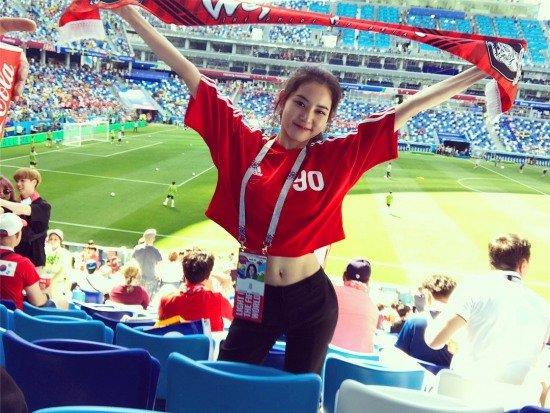 Diễn viên Hwang Seung Eun vỡ òa hạnh phúc khi đội nhà giành chiến thắng chung cuộc 2-0 trước cỗ xe tăng Đức. Là người trực tiếp có mặt trên sân cỏ trong trận đấu, Hwang Seung Eun cho biết cô vỡ òa cảm xúc hạnh phúc, tự hào, biết ơn các người hùng sân cỏ Hàn Quốc.