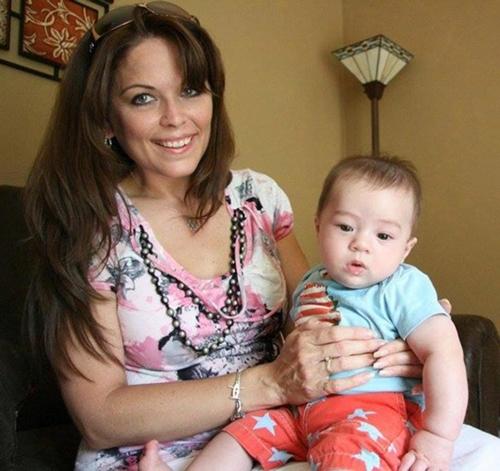 Didi tự hào khoe một em bé do cô mang thai hộ.