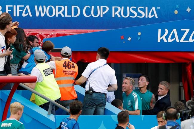 Ozil bị CĐV đội nhà chửi bới và tấn công sau trận thua sốc - 2