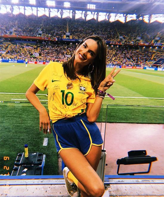 Trên Instagram, Alessandra cũng không quên khoe ảnh tạo dáng xinh tươi trên sân.