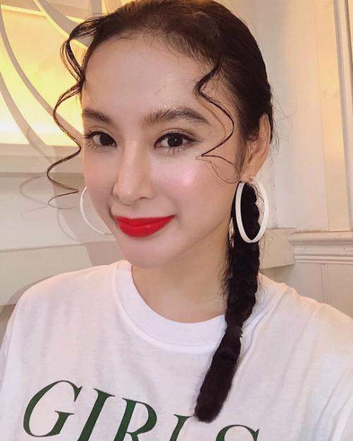 Angela Phương Trinh tự tin khoe làn da trắng mượt. Người đẹp diện áo phông và tết tóc đơn giản.