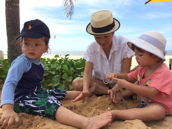 Sau sinh nhật 2 tuổi của Tôm và Tép, Hồng Nhung thỉnh thoảng đăng ảnh cặp song sinh trên trang cá nhân. Các con của Hồng Nhung có nhiều fan hâm mộ vì sở hữu vẻ đẹp lai, xinh như thiên thần.
