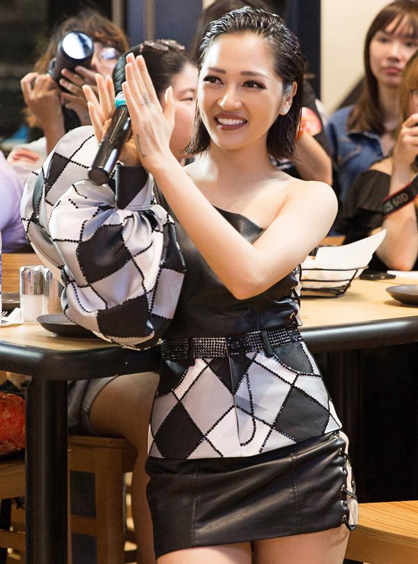 Nữ ca sĩ tiết lộ sau khi chia tay ca sĩ Hồ Quang Hiếu, cô vẫn ế.