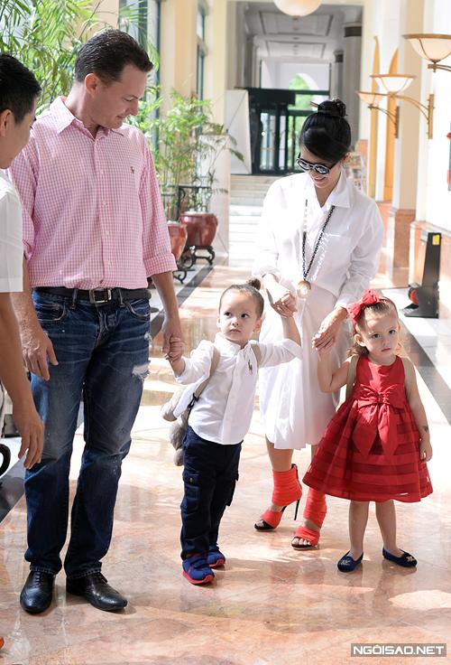 Tháng 10/2014, vợ chồng Hồng Nhung lần đầu tiên xuất hiện cùng hai con tại một sự kiện có đông đủ giới truyền thông. Hai bé Tôm và Tép được chị Bống đưa ra Hà Nội để tham gia MonSoon Music Festival do nhạc sĩ Quốc Trung tổ chức. Kevin đảm nhận việc coi sóc hai con trong khi Hồng Nhung trả lời báo chí.