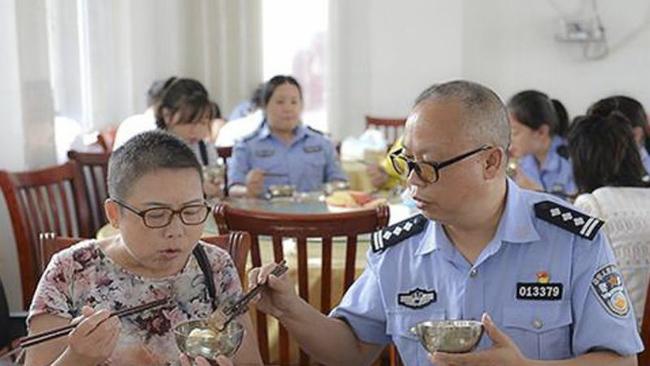Ông Wu ăn cơm cùng vợ trong nhà ăn của sở cảnh sát. Ảnh: News.163.com.