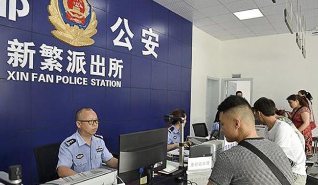 Ông Wu làm công việc xử lý các giấy tờcủa người dân tại sở cảnh sát Xinfan. Ảnh: News.163.com.